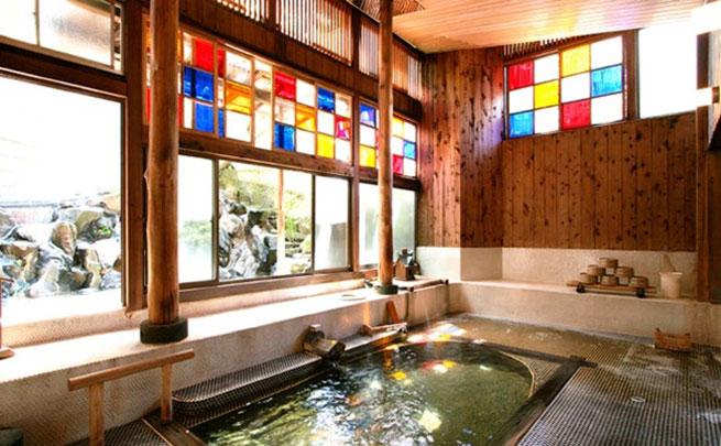 ステンドグラス越しに陽の差す浴室